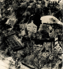 Caption: Aerial view of the second court near Old Army Road in Scarsdale, New York (Oct. 1932). Ardsley Road is shown at bottom. The Cogswell house is at center. The Blanchard house is out of sight at upper left. As shown, only three sides of the original court were screened.